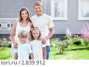 Купить «Счастливая семья на лужайке около загородного дома», фото № 2839912, снято 17 августа 2011 г. (c) Raev Denis / Фотобанк Лори