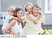 Купить «Счастливая семья», фото № 2839916, снято 17 августа 2011 г. (c) Raev Denis / Фотобанк Лори
