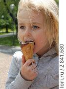 Купить «Маленькая девочка ест мороженое», фото № 2841680, снято 2 июня 2011 г. (c) Кастерина Ольга / Фотобанк Лори
