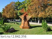Декоративная мельница на газоне в парке (2011 год). Редакционное фото, фотограф Дарина Бабий / Фотобанк Лори