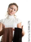 Купить «Женщина выбирает колготки на белом фоне», фото № 2844276, снято 16 августа 2018 г. (c) Кирилл Путченко / Фотобанк Лори