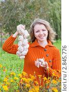 Купить «Девушка с чесноком», эксклюзивное фото № 2845776, снято 29 сентября 2011 г. (c) Майя Крученкова / Фотобанк Лори