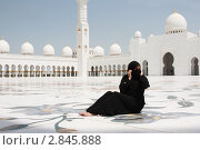 Арабская женщина в мечети шейха Заида. Абу-Даби (2011 год). Редакционное фото, фотограф Екатерина Воякина / Фотобанк Лори