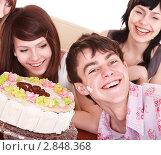 Купить «Веселые молодые люди с праздничным тортом», фото № 2848368, снято 14 марта 2009 г. (c) Gennadiy Poznyakov / Фотобанк Лори