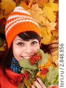 Купить «Молодая женщина в осенних желтых кленовых листьях», фото № 2848856, снято 12 октября 2009 г. (c) Gennadiy Poznyakov / Фотобанк Лори
