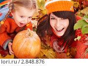 Купить «Мама с дочкой в осеннем парке с тыквой», фото № 2848876, снято 12 октября 2009 г. (c) Gennadiy Poznyakov / Фотобанк Лори