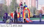 Купить «Дети на детской игровой площадке», видеоролик № 2855068, снято 8 октября 2011 г. (c) Сергей Лаврентьев / Фотобанк Лори