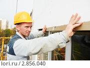 Купить «Рабочий с уровнем проверяет качество работ на стройке», фото № 2856040, снято 23 мая 2019 г. (c) Дмитрий Калиновский / Фотобанк Лори