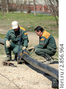 Рабочие соединяют пластиковые трубы (2011 год). Редакционное фото, фотограф Клыкова Инна / Фотобанк Лори