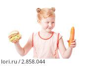 Купить «Девочка с гамбургером и морковью», фото № 2858044, снято 15 июля 2011 г. (c) Майя Крученкова / Фотобанк Лори