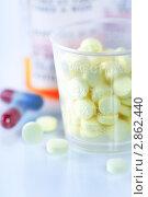 Купить «Таблетки и капсулы», фото № 2862440, снято 25 июня 2011 г. (c) Наталия Кленова / Фотобанк Лори