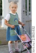 Девочка с кукольной коляской. Редакционное фото, фотограф Евгения Шийка / Фотобанк Лори