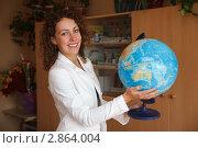 Купить «Учительница в классе с глобусом в руках», фото № 2864004, снято 1 сентября 2009 г. (c) Losevsky Pavel / Фотобанк Лори