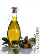 Купить «Оливковое масло в бутылке на фоне оливок и оливковой ветви», фото № 2864964, снято 15 июня 2011 г. (c) Юлий Шик / Фотобанк Лори
