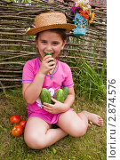 Купить «Девочка и огурцы», фото № 2874576, снято 14 августа 2011 г. (c) Ольга Аристова / Фотобанк Лори