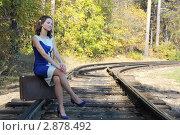 Девушка на чемодане. Стоковое фото, фотограф Александр Литовченко / Фотобанк Лори