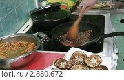 Купить «Приготовление мяса», видеоролик № 2880672, снято 20 февраля 2019 г. (c) Павел Коновалов / Фотобанк Лори