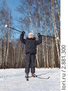 Счастливый мальчик на лыжах на фоне берёзового леса. Стоковое фото, фотограф Losevsky Pavel / Фотобанк Лори