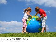 Девочка и мальчик с надувным глобусом. Стоковое фото, фотограф Losevsky Pavel / Фотобанк Лори