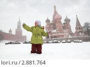 Купить «Девочка на фоне собора Василия Блаженного в Москве в зимнее время во время снегопада», фото № 2881764, снято 22 февраля 2010 г. (c) Losevsky Pavel / Фотобанк Лори