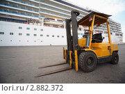 Купить «Погрузчик в порту Кабуса», фото № 2882372, снято 14 апреля 2010 г. (c) Losevsky Pavel / Фотобанк Лори
