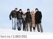 Купить «Группа молодых людей стоят обнявшись на снегу», фото № 2883092, снято 13 февраля 2010 г. (c) Losevsky Pavel / Фотобанк Лори
