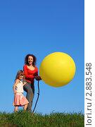Купить «Мама с дочкой надувают большой воздушный шар», фото № 2883548, снято 7 мая 2010 г. (c) Losevsky Pavel / Фотобанк Лори