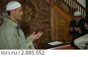 Купить «Мулла молится в мечети», видеоролик № 2885052, снято 18 октября 2011 г. (c) Владимир Никулин / Фотобанк Лори