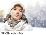 Девушка в демисезонной одежде на фоне снегопада. Стоковое фото, фотограф Константин Юганов / Фотобанк Лори
