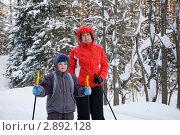 Мама с сыном на лыжах. Стоковое фото, фотограф Максим Стриганов / Фотобанк Лори