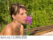 Девушка с цветком иван-чая. Стоковое фото, фотограф Давыдов Юрий / Фотобанк Лори