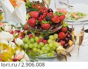 Купить «Фрукты на праздничном столе», фото № 2906008, снято 8 июля 2011 г. (c) Pukhov K / Фотобанк Лори
