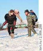 """Купить «Рождество. Народные гулянья. Двое мужчин и двое детей играют в """"лошадей и наездников""""», эксклюзивное фото № 2906288, снято 7 января 2011 г. (c) Игорь Низов / Фотобанк Лори"""