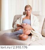 Купить «Беременная девушка на диване с кружкой чая», фото № 2910176, снято 17 июля 2011 г. (c) Гладских Татьяна / Фотобанк Лори