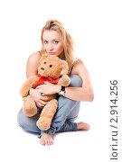 Купить «Портрет блондинки с плюшевой игрушкой», фото № 2914256, снято 6 января 2010 г. (c) Сергей Сухоруков / Фотобанк Лори