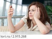 Портрет девушки за столиком в торговом центре. Стоковое фото, фотограф Александр Маркин / Фотобанк Лори