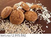 Купить «Овес и геркулес рядом с овсяным печеньем на коричневом фоне», фото № 2915592, снято 17 сентября 2011 г. (c) Morgenstjerne / Фотобанк Лори