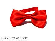 Красный галстук-бабочка на белом фоне. Стоковое фото, фотограф Александр Петров / Фотобанк Лори