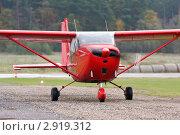 Купить «Самолет Cessna C-172 на рулежной дорожке», фото № 2919312, снято 23 октября 2011 г. (c) Пьянков Александр / Фотобанк Лори