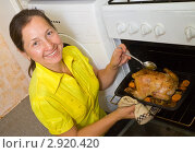 Купить «Женщина с запеченной курицей», фото № 2920420, снято 7 октября 2010 г. (c) Яков Филимонов / Фотобанк Лори