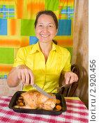 Купить «Женщина с запеченной курицей», фото № 2920456, снято 7 октября 2010 г. (c) Яков Филимонов / Фотобанк Лори