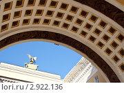 Под Аркой у Дворцовой площади. Стоковое фото, фотограф Леонид Коньков / Фотобанк Лори