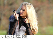 Девушка говорит по телефону на улице. Стоковое фото, фотограф Елена Сикорская / Фотобанк Лори