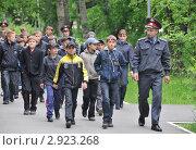 Купить «Дети с офицерами полиции из подразделения по делам несовершеннолетних», эксклюзивное фото № 2923268, снято 28 мая 2011 г. (c) Free Wind / Фотобанк Лори