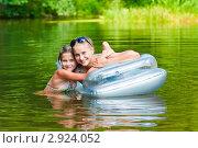 Купить «Счастливая семья.Сёстры  на надувном матрасе плавают по  реке.», эксклюзивное фото № 2924052, снято 30 июля 2011 г. (c) Игорь Низов / Фотобанк Лори