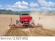 Купить «Посевные работы. Трактор работает в поле.», фото № 2927652, снято 27 августа 2011 г. (c) Икан Леонид / Фотобанк Лори