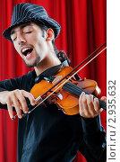 Купить «Поющий скрипач в шляпе на фоне занавеса», фото № 2935632, снято 29 сентября 2011 г. (c) Elnur / Фотобанк Лори
