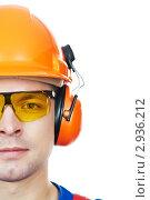 Строитель в защитной каске, маске и наушниках. Стоковое фото, фотограф Дмитрий Калиновский / Фотобанк Лори