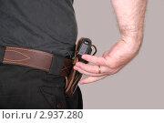 Купить «Охранник вынимает пистолет из поясной оперативной кобуры», эксклюзивное фото № 2937280, снято 17 октября 2011 г. (c) Алёшина Оксана / Фотобанк Лори