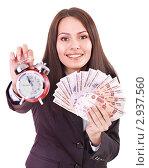 Купить «Девушка в деловом костюме с деньгами в руках показывает часы», фото № 2937560, снято 4 июля 2011 г. (c) Gennadiy Poznyakov / Фотобанк Лори